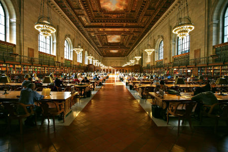 Když už se musíme učit, tak ať je to aspoň v pěkném prostředí. O studovně New York Public Library to rozhodně platí. (Alex Proimos, Fotopedia.com)